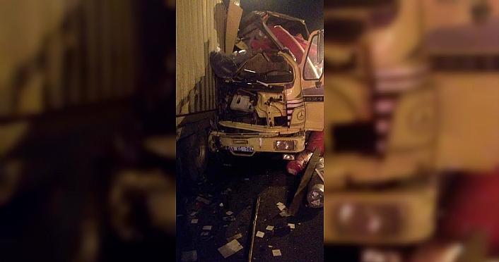 Bolu'da kamyon tıra çarptı: 2 yaralı