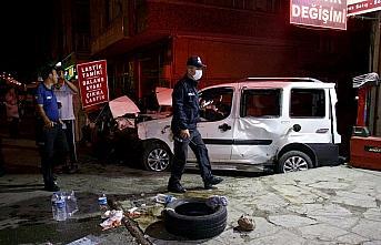 Hafif ticari araç park halindeki otomobile çarptı:...