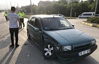 Karabük'te çarpışan iki otomobildeki 3 kişi yaralandı