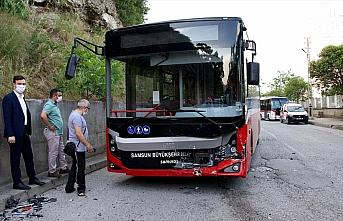 Samsun'da otobüs ile çarpışan otomobilin sürücüsü...