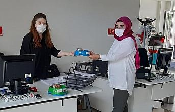 Samsun'da sokak hayvanları için mama ve su kabı dağıtılıyor