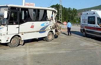 Tarım işçilerini taşıyan minibüse tır çarptı: 2 yaralı