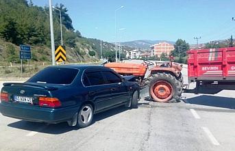 Taşova'da traktör ile otomobil çarpıştı: 2...