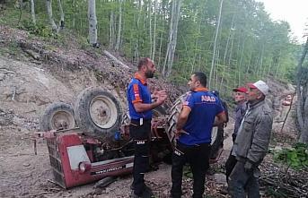Zonguldak'ta devrilen traktörün altında kalan sürücü...