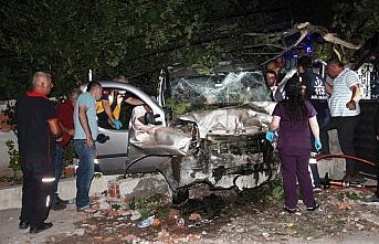 Amasya'da hafif ticari araç bahçe duvarına çarptı:...
