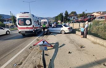 Amasya'da kontrolden çıkan otomobil duvara çarptı:...
