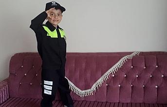 Amasya'da polis, şehit çocuğuna üniforma hediye...