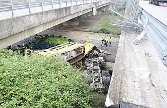 Anadolu Otoyolu'nda biber yüklü tır köprüden...