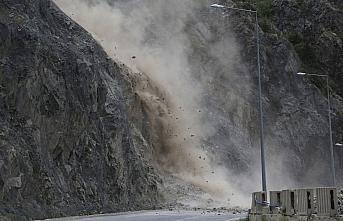 Artvin-Erzurum kara yolunda tehlike arz eden kayalar...