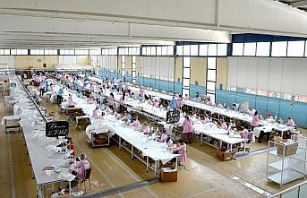 Durması beklenen çarklara hız veren fabrika 7 milyon koruyucu tulum ihraç etti