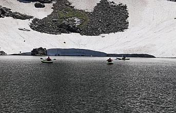 Giresun'da 2 bin 750 rakımlı buzul gölünde kano...