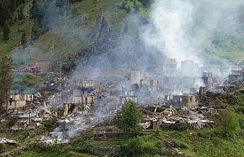 GÜNCELLEME 2 - Artvin'de bir köyde çıkan yangın kontrol altına alındı