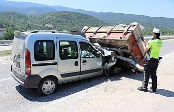 Karabük'te hafif ticari araç traktörün römorkuna çarptı: 2 yaralı