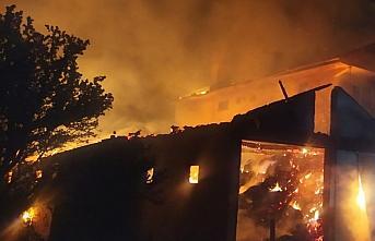 Kastamonu'da çıkan yangında bir ev, 2 samanlık ve ahır yandı