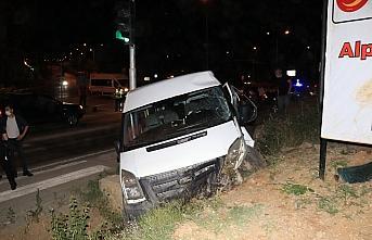 Kastamonu'da polisin kovaladığı otomobil ile ekip aracı duvara çarptı