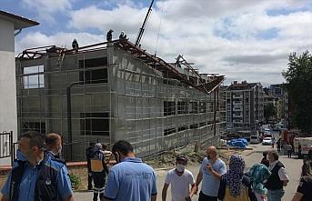 Kastamonu'da spor salonu inşaatının çelik çatısında...
