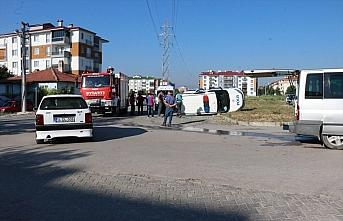 Minibüsle çarpışan polis aracı devrildi: 3 yaralı