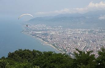 Ordu'daki Boztepe'de yamaç paraşütü uçuşları...