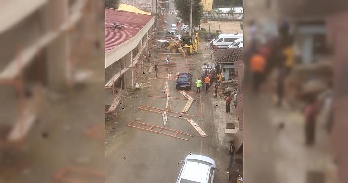 Rize'de iş makinesinin çarptığı inşaat iskelesi...