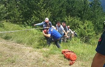 Sinop'ta 200 metrelik uçuruma devrilen otomobilin sürücüsü yaralandı