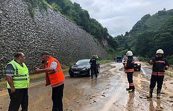 Trabzon'da heyelan grup yolunu kapattı