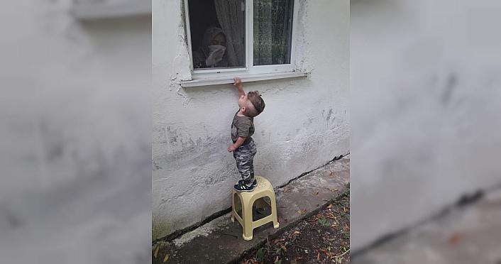 2 yaşındaki Ali Asaf, Kovid-19'a yakalanan babaannesiyle...