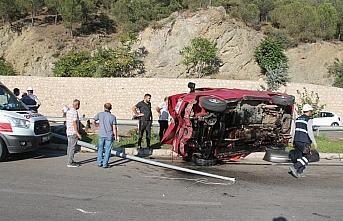 Amasya'da minibüs elektrik direğine çarptı: 5...