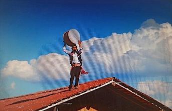 Bahşiş sevdası davulcuyu çatıya çıkardı