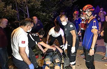 Kanyona devrilen otomobildeki iki kişi kurtarıldı