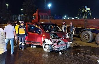 Karabük'te hafif ticari araç park halindeki tıra çarptı: 4 yaralı