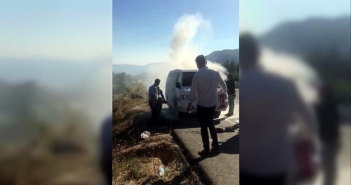 Karabük'te seyir halindeki kamyonet yandı