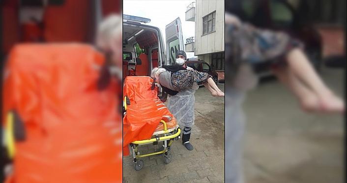 Rize'de sağlık çalışanı, Kovid-19 olan yaşlı...