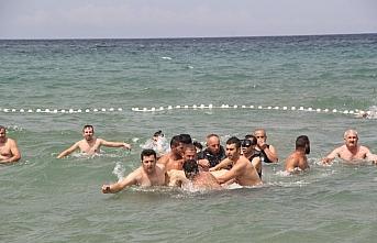 Sinop'ta boğulma tehlikesi geçiren 6 kişi hastaneye...