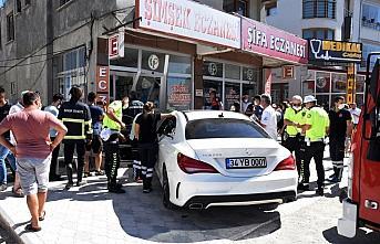 Sinop'ta kontrolden çıkan otomobil eczaneye girdi:...
