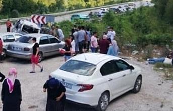 Sinop'ta otomobil park halindeki iki araca çarptı: 10 yaralı