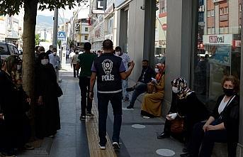 Tokat'ta polis maske ve sosyal mesafe denetimi yaptı