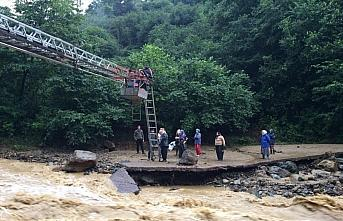 Trabzon'da yağış nedeniyle yolda mahsur kalan 21...
