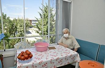 83 yaşında yakalandığı Kovid-19'u yenmenin mutluluğunu yaşıyor