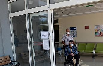 90 yaşındaki baba ve 70 yaşındaki oğlu koronavirüsü...