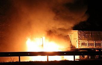 Anadolu Otoyolu'nun Bolu kesiminde alev alan tırın çekicisi yandı