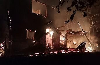 Artvin'de çıkan yangında 3 ev kullanılamaz hale geldi