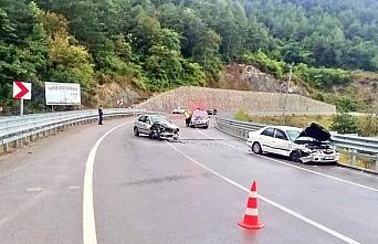 Bartın'da 2 otomobil çarpıştı: 7 yaralı