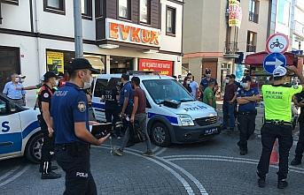 Bartın'da otomobilin işyerine girdiği kazada bir müşteri yaralandı