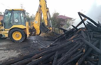 Bolu'da 2 katlı ev ve odunluk yandı