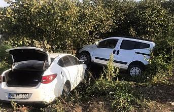 Çarşamba'da otomobil ile hafif ticari araç çarpıştı:...