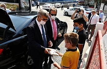 Karabük Valisi Gürel Kovid-19 tedbirlerine uyan çocuklara kitap hediye etti