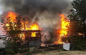 Karabük'te ahşap ev ve ambar yandı