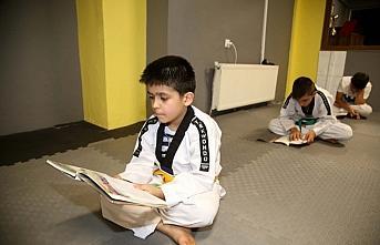 Kastamonu'da sporcular antrenman sonrası kitap okuyor