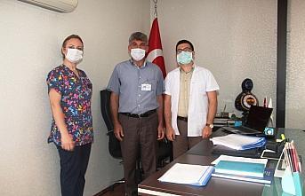 Koronavirüsü yenen hastane çalışanı çiçekle karşılandı
