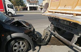 Samsun'da hafif ticari araç park halindeki tıra...
